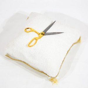Прокат ножниц презентационных на белой подушке